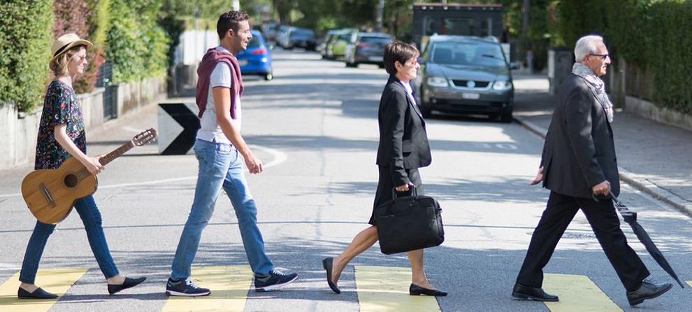 Ein älterer Herr überquert die Strasse gut begleitet (age network - Abbey Road)