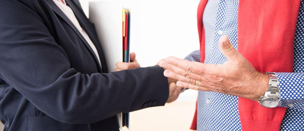 Poignée de main entre partenaires en affaires