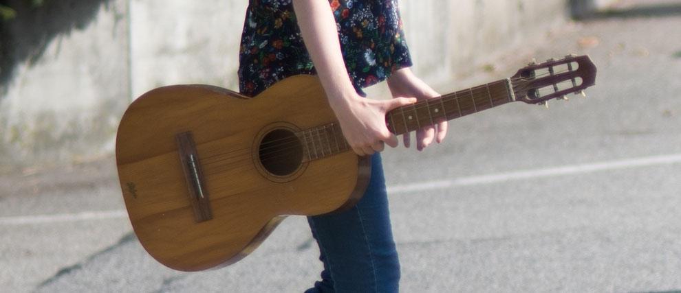 Auf der Strasse mit Gitarre in der Hand