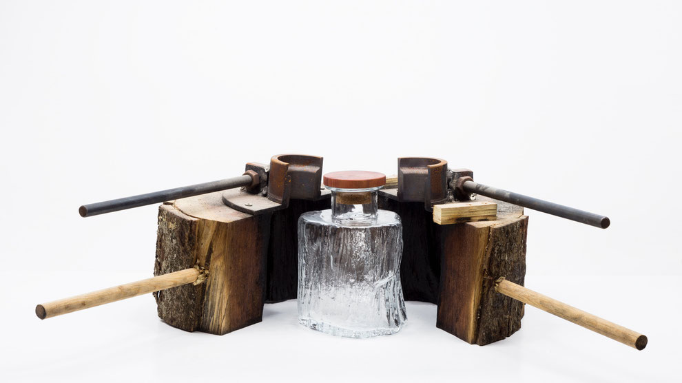Cerne carafe is a decanter, which uses a tree trunks a mould