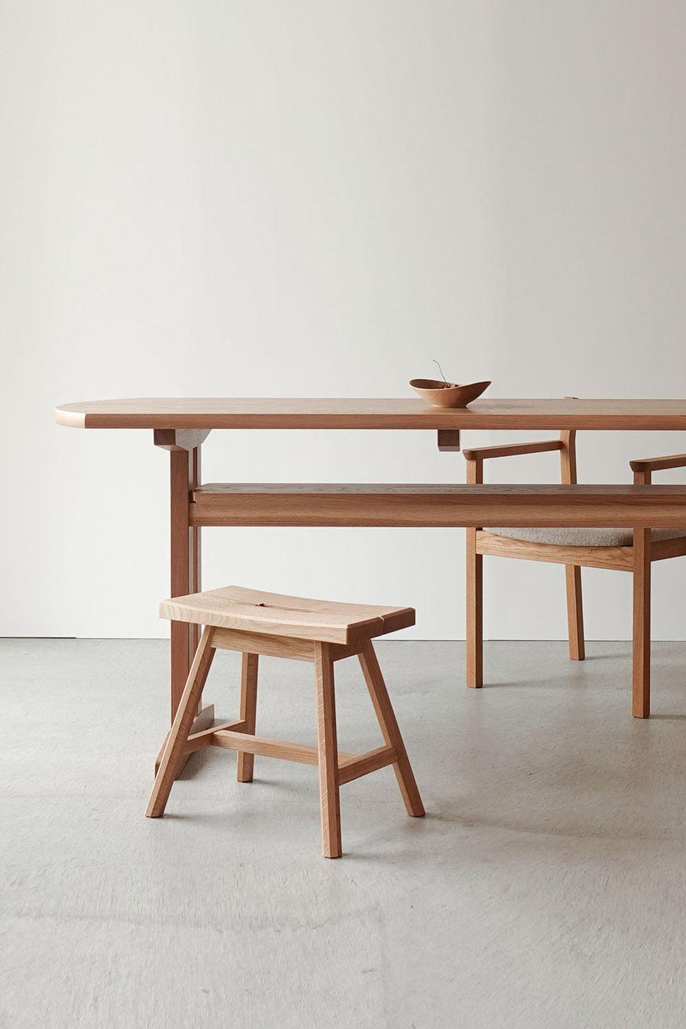 ナラ無垢材で作ったダイニングテーブルとチェア