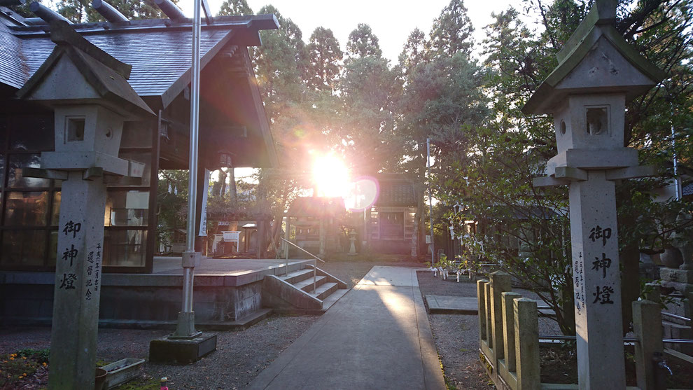 十社大神の境内に朝日が降り注ぐ