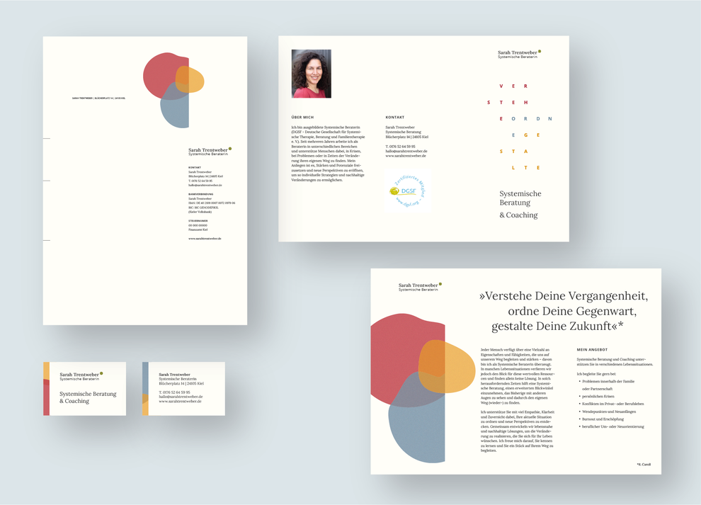 Briefbogen mit drei organisch ineinandergreifenden und transparenten Formen in den Farben Rot, Gelb und Blau, dazu Visitenkarten & Flyer mit Vorder- und Rückseite mit den gleichen Formen von Haello