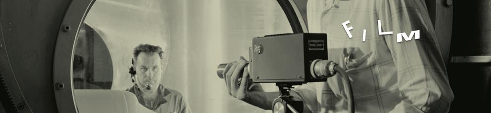 Ein Mann trägt ein Headset und wird dabei gefilmt. Auf dem Bild steht Film. Es verweist auf Arbeitsbeispiel im Bereich Film von Alexander Kurzhöfer. Regie, Producing, Animation, Konzeption, Schnitt, Projektmanagement.