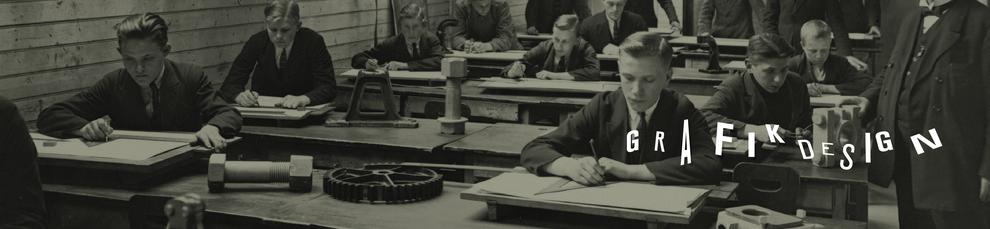 Man sieht mehrere junge Männer in einer Klasse, die zeichnen. Auf dem Bild steht Grafikdesign Illustration. Es geht um grafische und illustrative Arbeitsbeispiele von Haello Kommunikationsdesign Alexander Kurzhöfer.