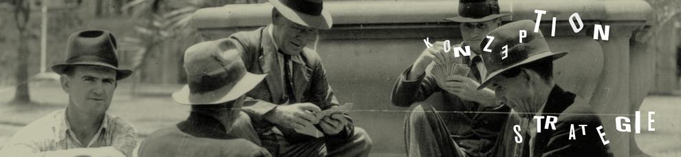 Fünf ältere Männer sitzen an einem Brunnen und spielen Karten. Auf dem Bild steht Konzeption Strategie. Konzeptionelle und strategische Arbeit gehört zum Portfolio von Haello Kommunikationsdesign in Kiel.