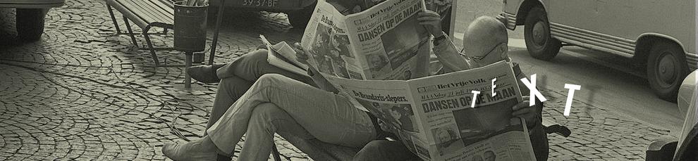 Drei Personen sitzen auf einer Bank in einer Stadt und lesen Zeitung. Auf dem Bild geschrieben steht Text. Es ist ein Verweis auf Textbeispiele von Haello Kommunikationsdesign Alxander Kurzhöfer.
