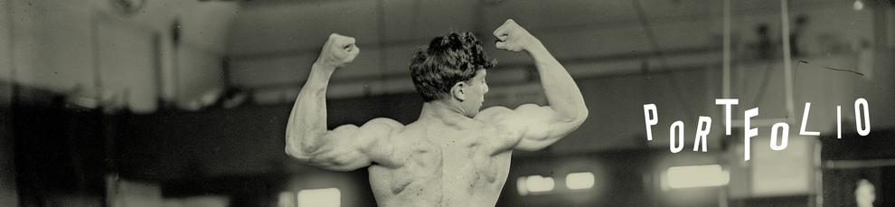 Ein junger Mann lässt seine Muskeln in einer Turnhalle spielen. Auf dem Bild steht das Portfolio. Kommunikationsdesigner Alexander Kurzhöfer zeigt Arbeitsbeispiele.