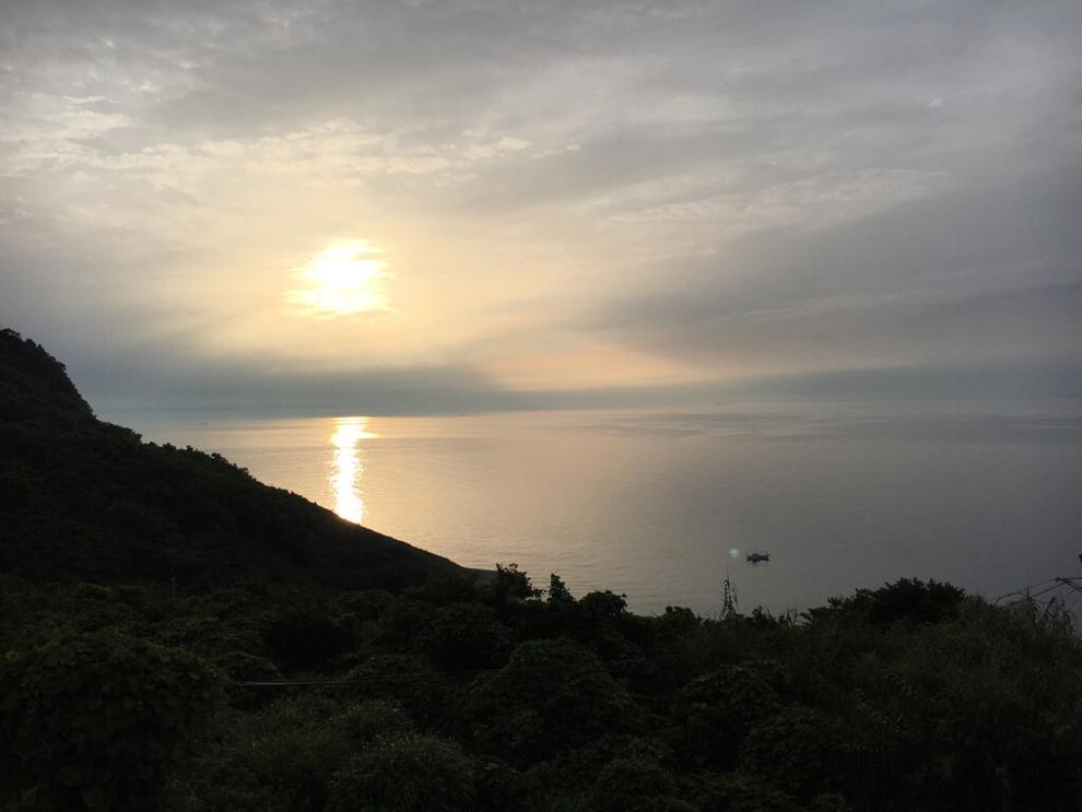 池島中央会館から海を望む