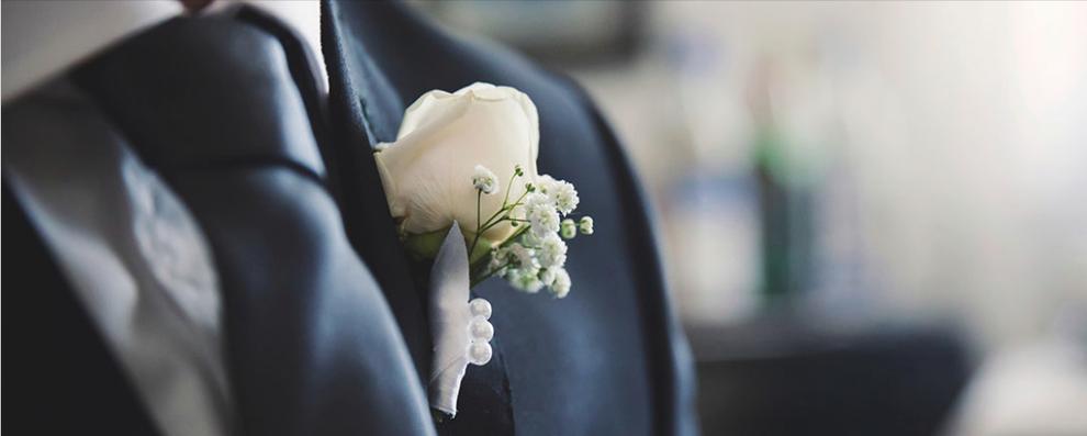 Anzug mit Krawatte und Herrenanstecker