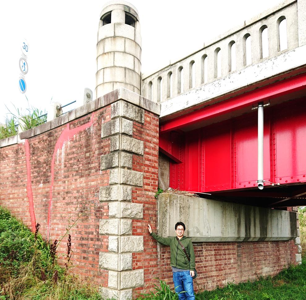 橋台には日本煉瓦製造の赤レンガが用いられています(イギリス積)