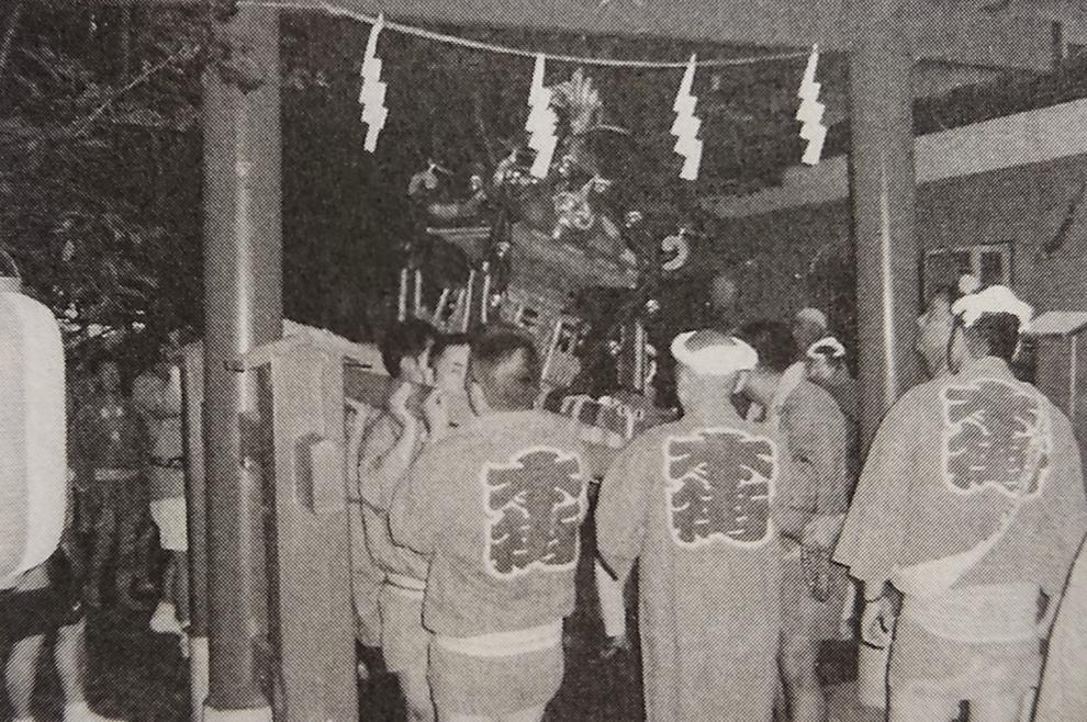 神輿の宮出しの様子(平成12年[2000年]) ※『本庄の歴史と城山稲荷神社』本庄市本町(P31)より