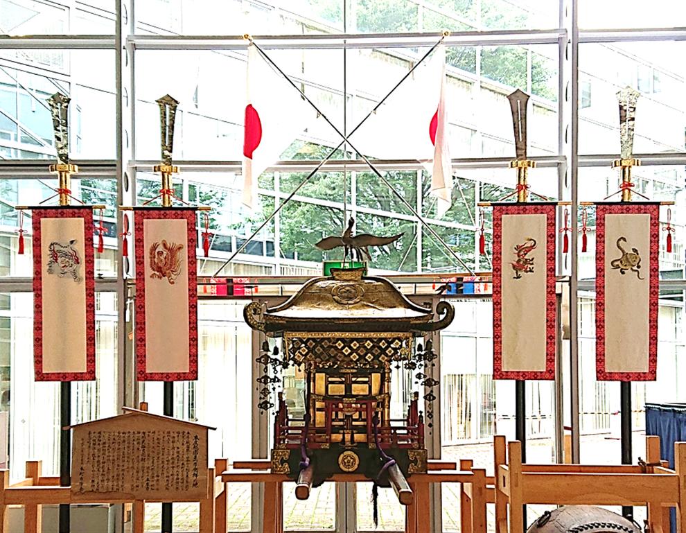 本町の四神剣(四神旗) ※幕には、左から、白虎(西)・朱雀(南)・青龍(東)・玄武(北)の絵が刺繍されています。