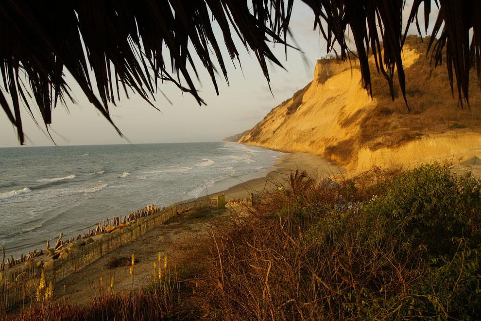 Manabí, Ecuador, Abendstimmung in CHIRIJE - nur bei Niedrigwasser über den Strand zu erreichen - Ruhe und Einsamkeit direkt am Meer