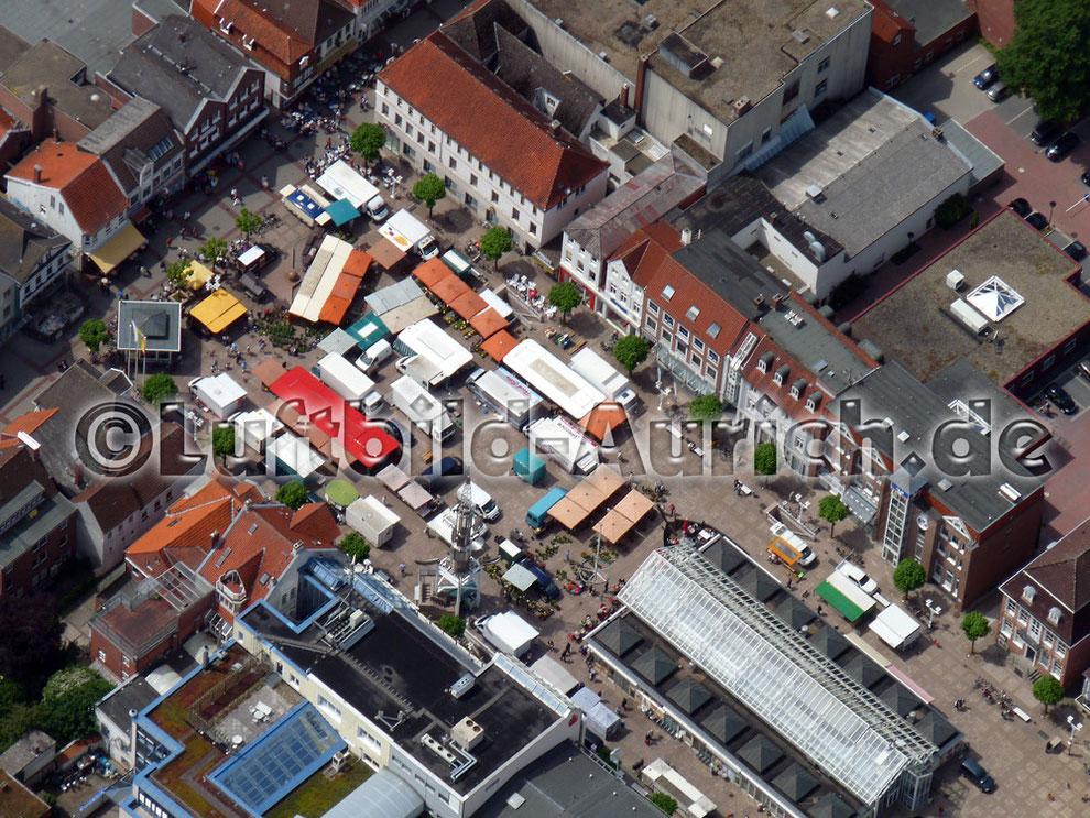 Der Auricher Marktplatz mit Wochenmarkt