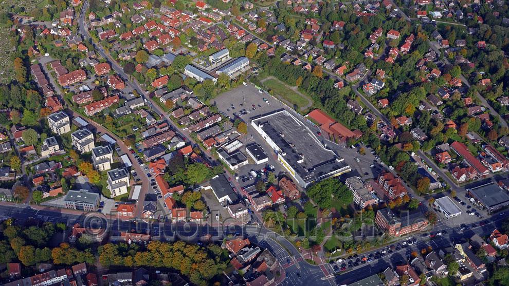 """Das Gelände der ehemaligen Kaufhalle, (heute """"Nix wie hin"""") darüber das Familienzentrum - hier befand sich früher das Auricher Blücherbad."""