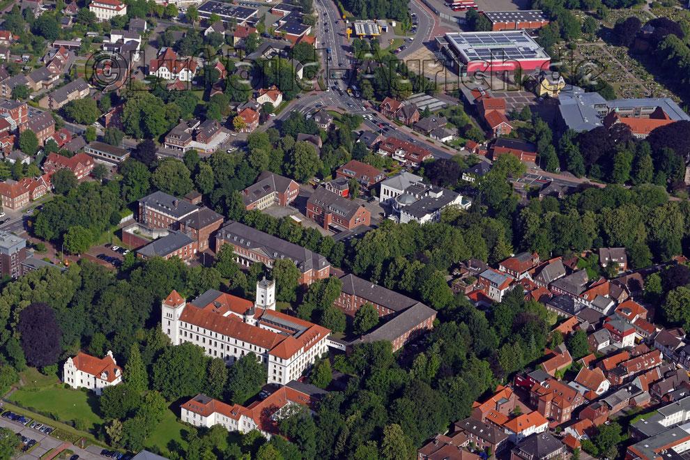 Luftbildaufnahme Aurich mit Schloß Marstall und der alten Post oben rechts das Gymnasium.