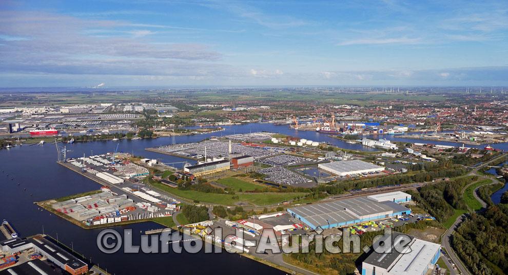 Blick über den Emder Hafen mit VW-Werk