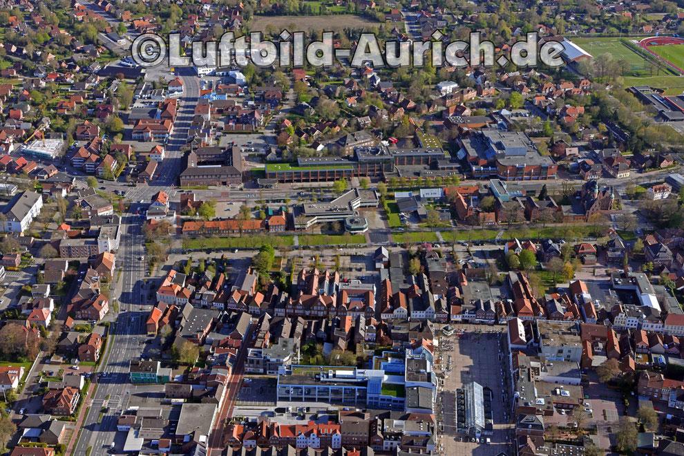 Der Auricher Marktplatz mit Georgswall, Ostertor, Rathaus und Carolinenhof