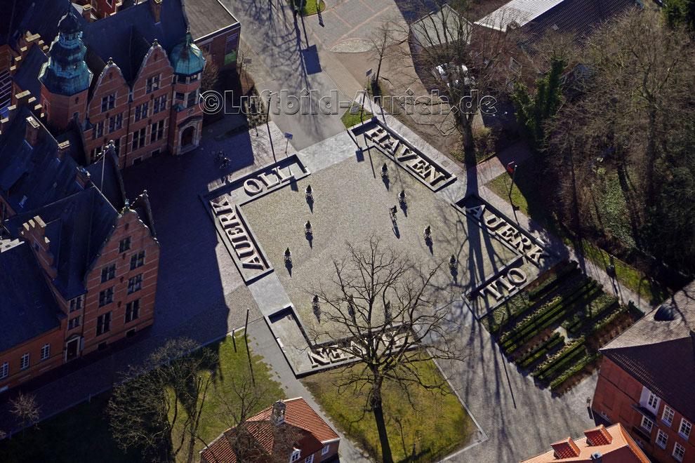 """Bürgermeister-Müller-Platz mit """"Pingelhuus"""" und Ostfr. Landschaft"""