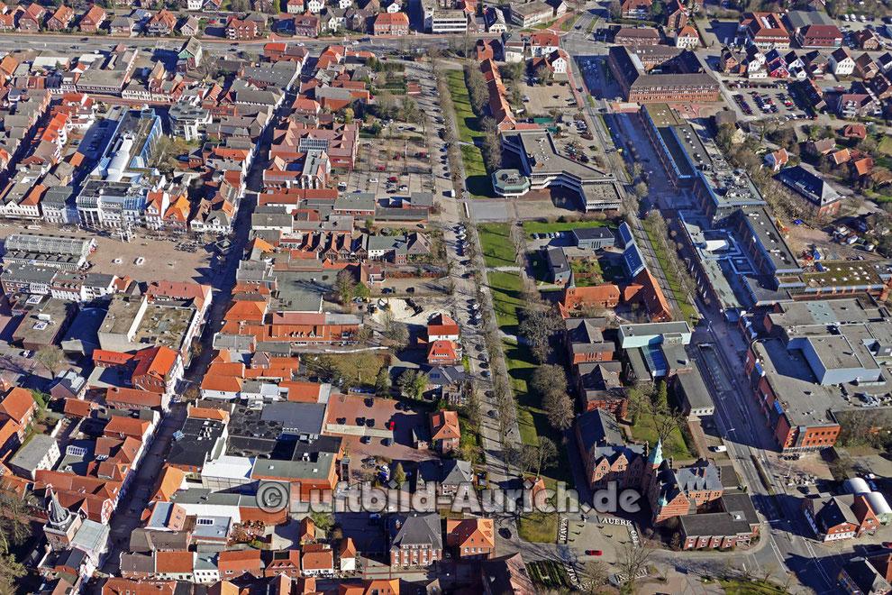 Der Auricher Georgswall mit Rathaus und Marktplatz