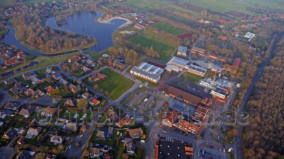 Ihlow Ihler Meer mit dem Rathaus-Neubau (unten rechts).