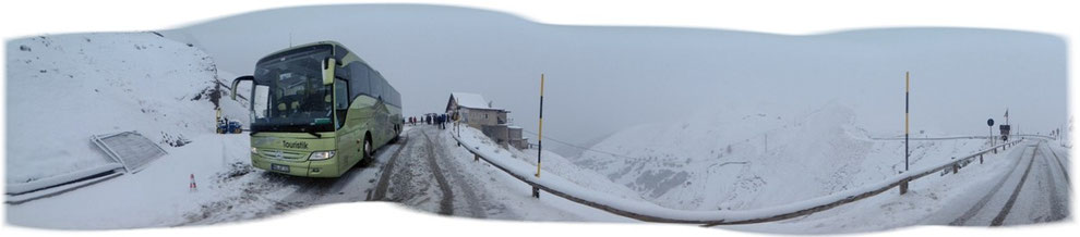 Mit Bus am Sellapass im Winter