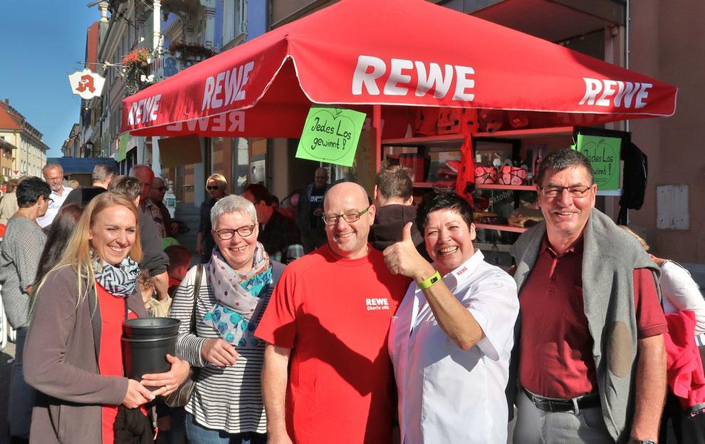 Viel Andrang herrschte am Stand der REWE-Märkte in Stockachs Oberstadt zugunsten der Bürgerstiftung. Abgebildet sind (von links): Natalie Fritschi (Mitarbeiterin von REWE mit einem Loseimer) und Karin Bacher (Bürgerstiftung), Manfred und Sabine Oberle (di