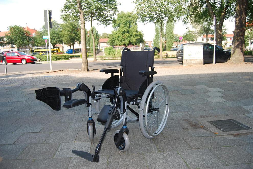 Rollstuhl mit Beinhochlagerung