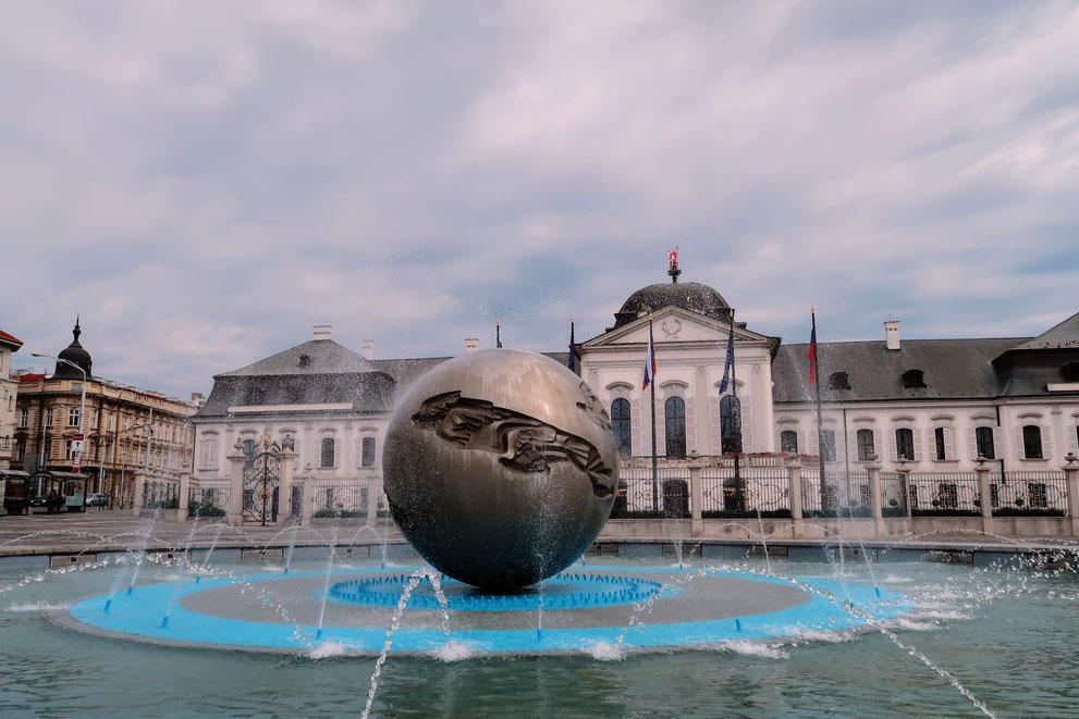 Weltkugelbrunnen vor dem Palais Grassalkovich