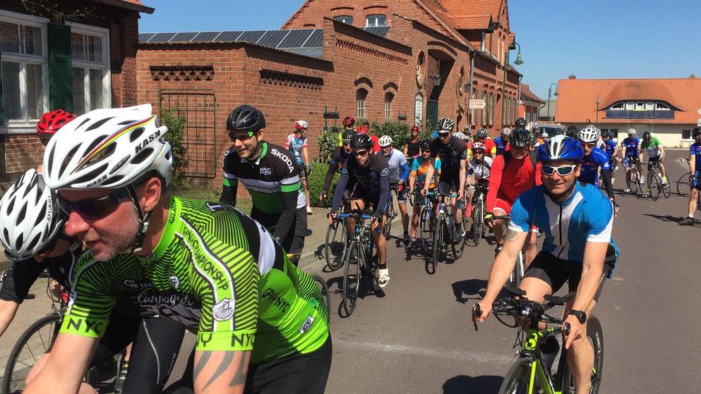 Kurz nach dem Start der zehnten Ferchländer Rennrad-Tour am Storchennest. Foto: Alpha-Report