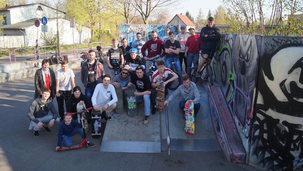 Die alte Bahn ist nicht ganz ungefährlich: Die jungen Leute aus Genthin wünschen sich einen Skaterpark wie in Burg oder anderen Städten. Foto: Alpha-Report