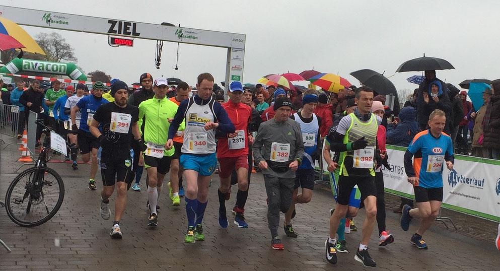 Marco Piec (Nummer 392) aus Tangermünde gewinnt den 12. Elbdeichmarathon. Foto: Alpha-Report