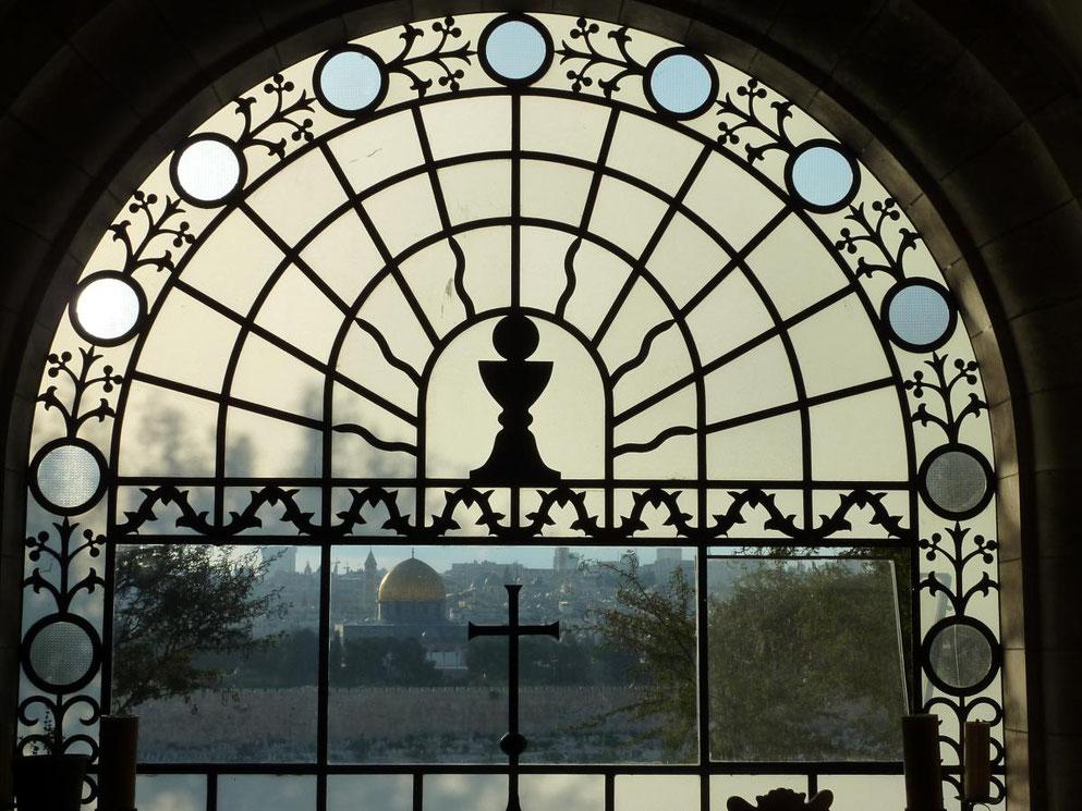 Blick durch Fenster der Kirche 'Jesus flevit' zum Felsendom in Jerusalem