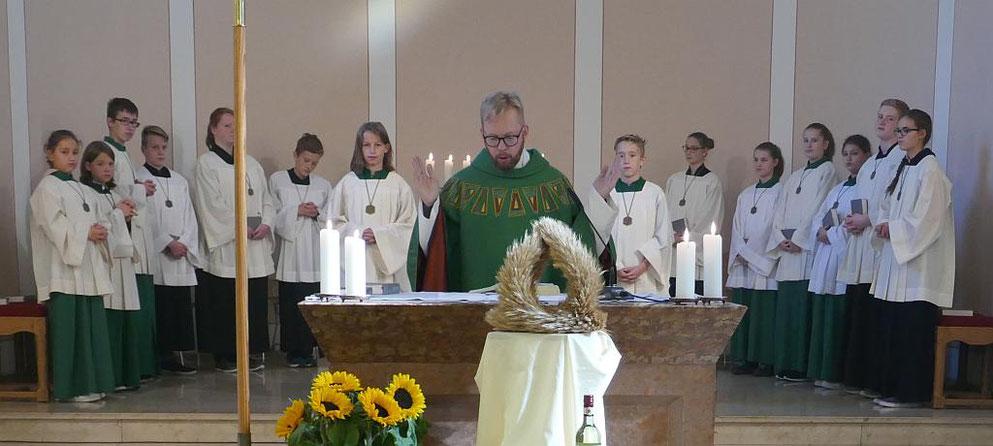Unsere 14 Messdienerinnen und Messdiener während der hl. Messe mit Pfr. Burkhard Schmelz