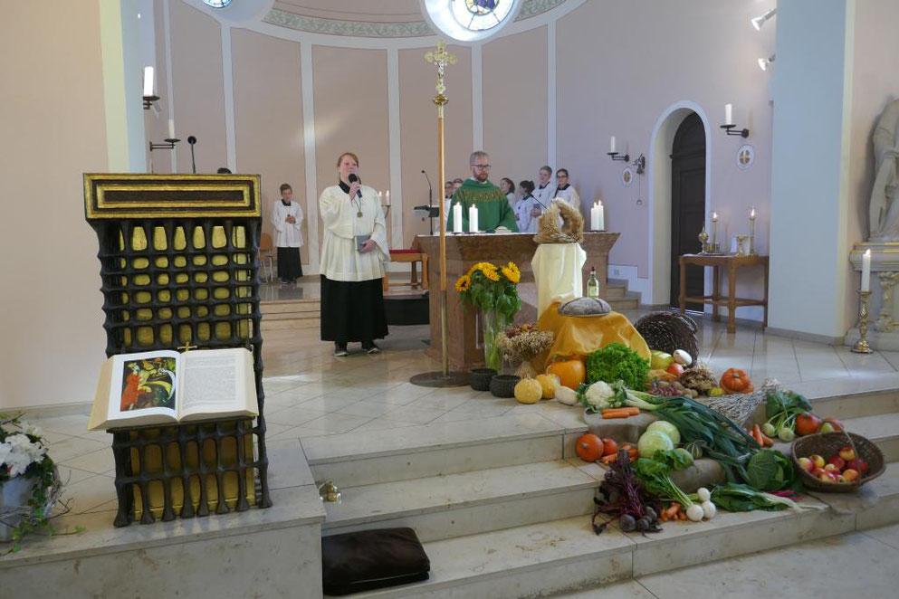 """Vicky Fröschke lädt die Gemeinde ein zum anschließenden Mittagsimbiss, der unter dem Thema """"Oktoberfest"""" stand"""