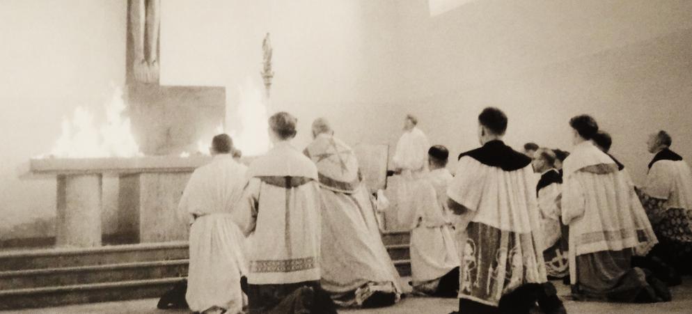 Auf dem Altar wurde zur Weihe Weihrauch entzündet