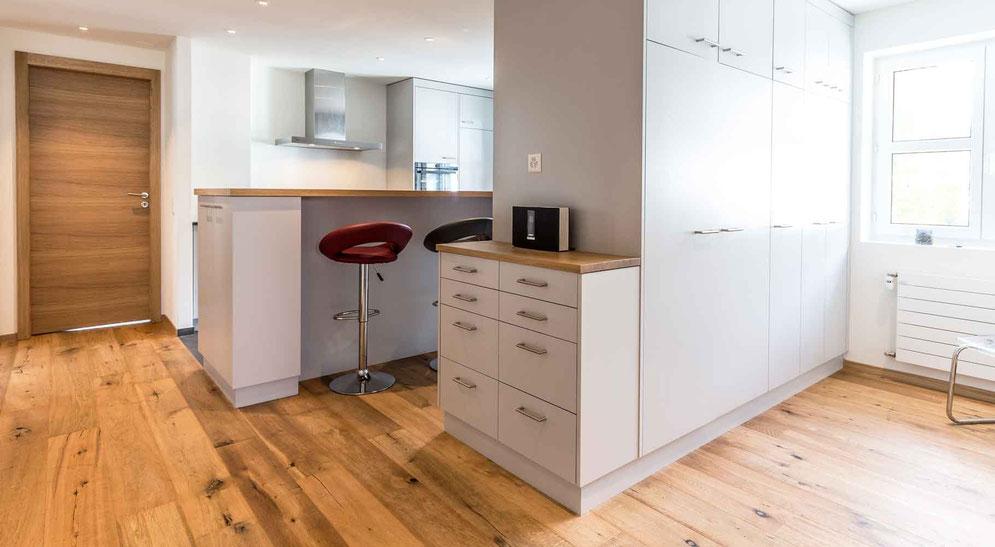 Moderne Küche mit Stauraum