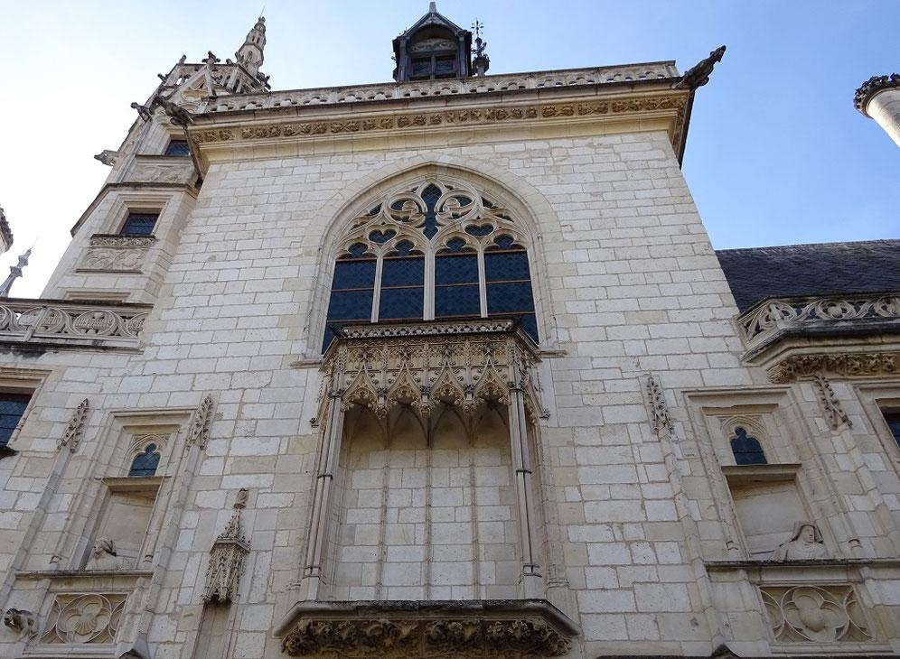 Sur la façade extérieure du palais Jacques Coeur, deux fausses fenêtres avec une représentation de Jacques Coeur et de son épouse Macée de Léodepart