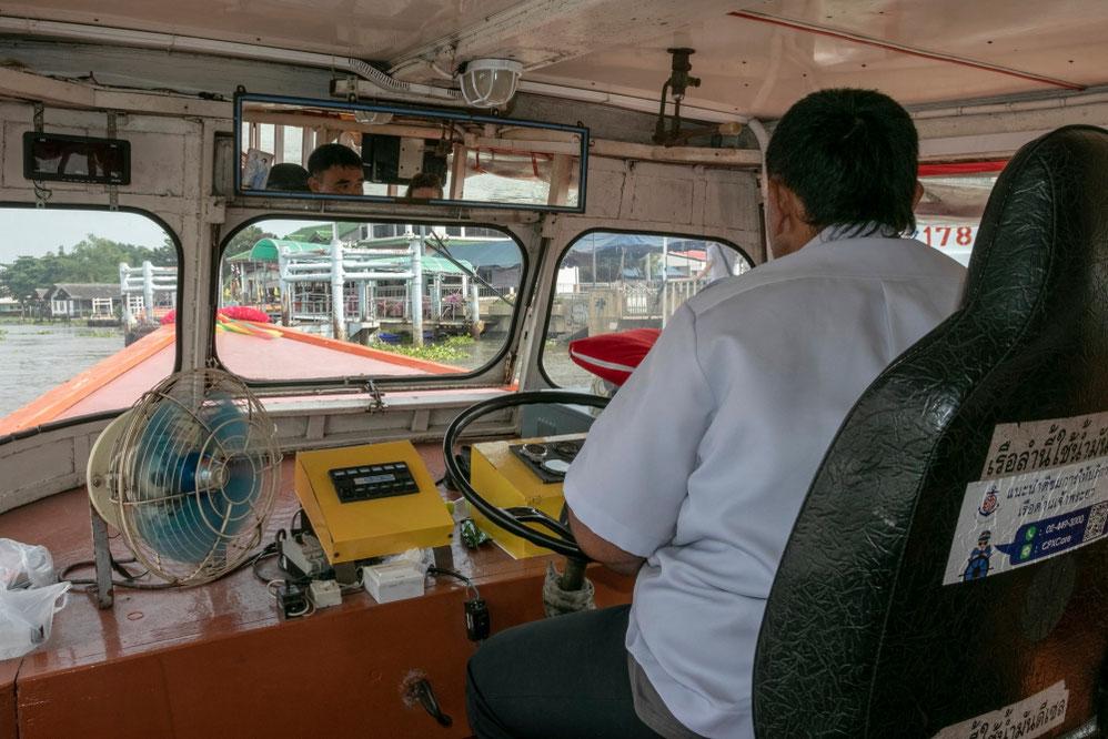 Keleivinės baržos sustoja Čau Prajos upės prieplaukose ir kanaluose