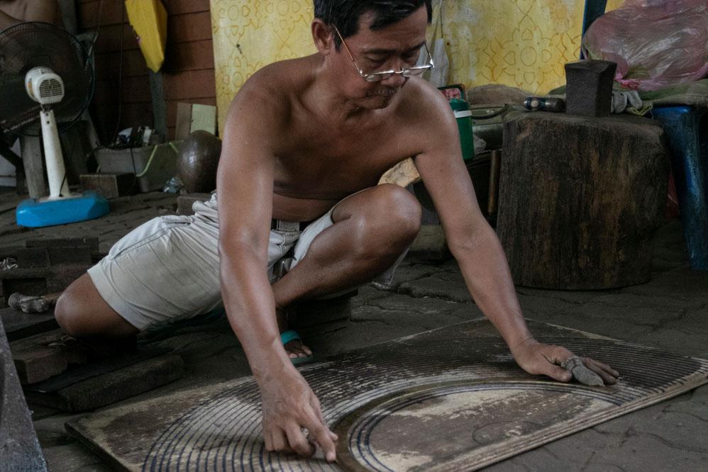 Banbatų bendruomenės meistras matuoja būsimo dubenėlio dydį