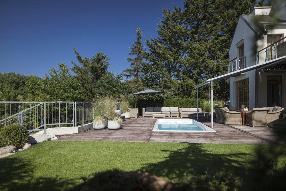 swim spa eingebaut in terrasse