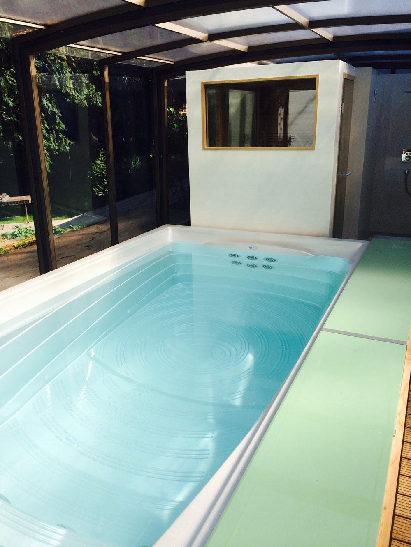 swimspa mit automatischer abdeckung in grün