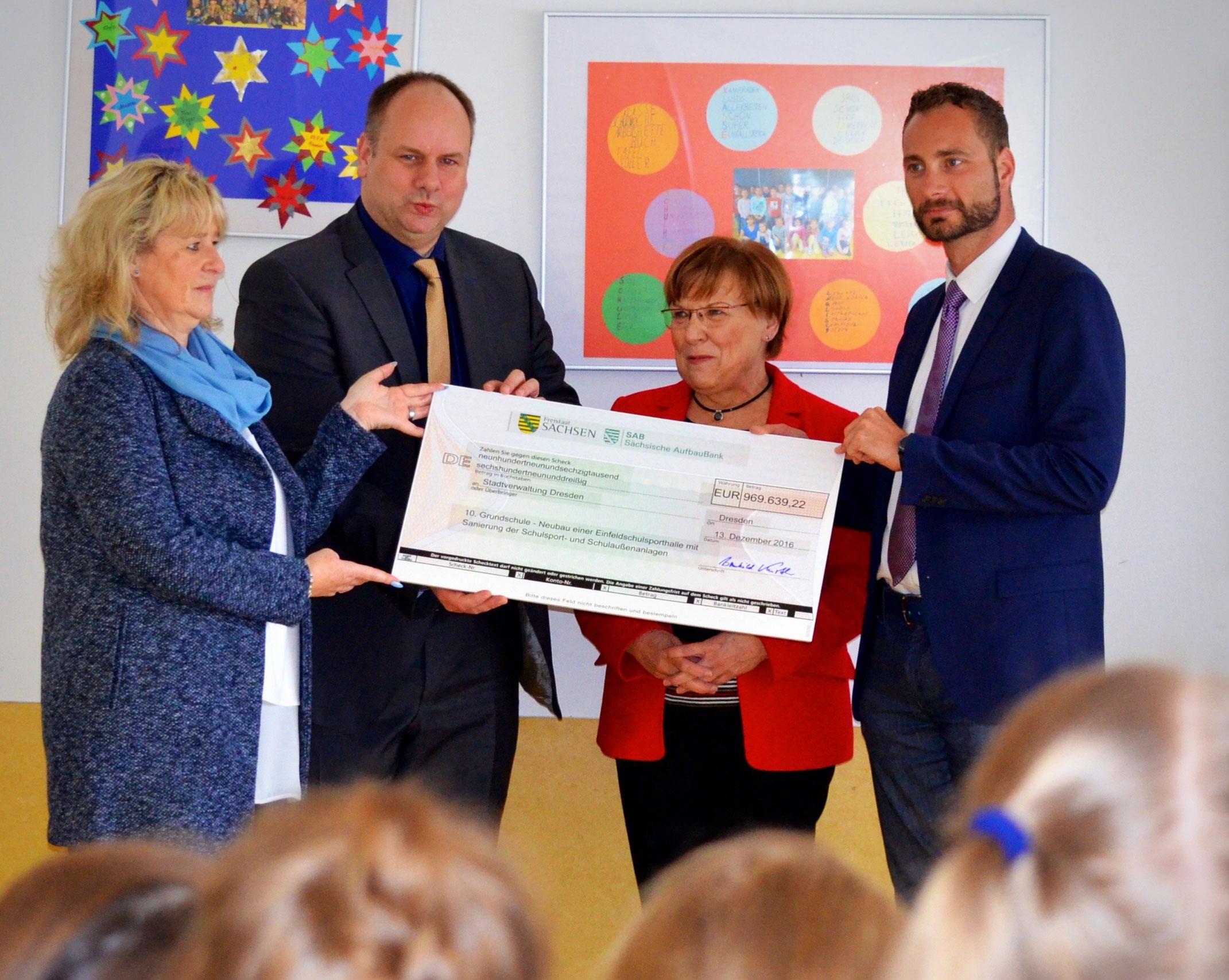 970 Tausend Euro An 10 Grundschule übergeben Patrick Schreiber