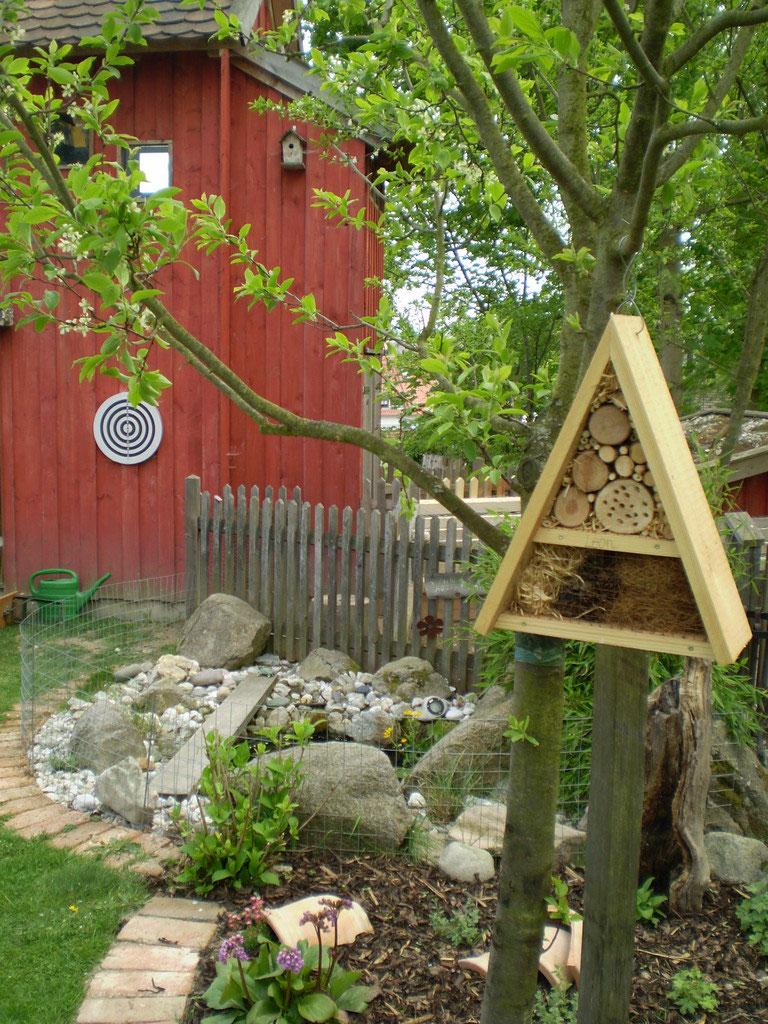 Wir Bauen Ein Insektenhotel Holz Ist Vorgeschnitten Und Den Inhalt Zapfen Äste Sammeln Im Wald Für Kinder Werden Kleineres