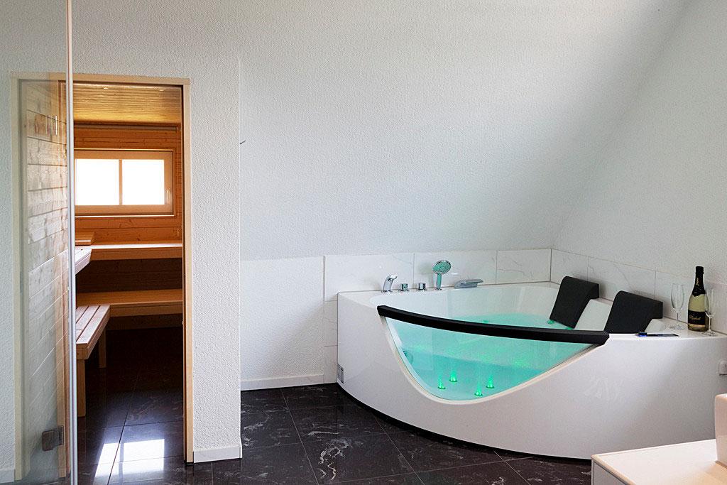 terrasse designs mit feuerstelle und whirlpool gestalten wellnessbad mit sauna und whirlpool ferienhaus schwarzwald whirlpool