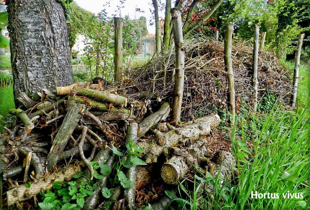 Beliebt Bevorzugt Gefüllter Totholzzaun nach Art des Hauses - Wildbienenschutz im @VK_28
