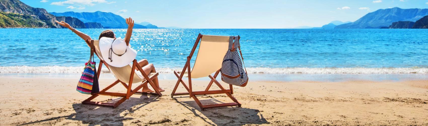 Frau mit Reiseversicherung am Strand