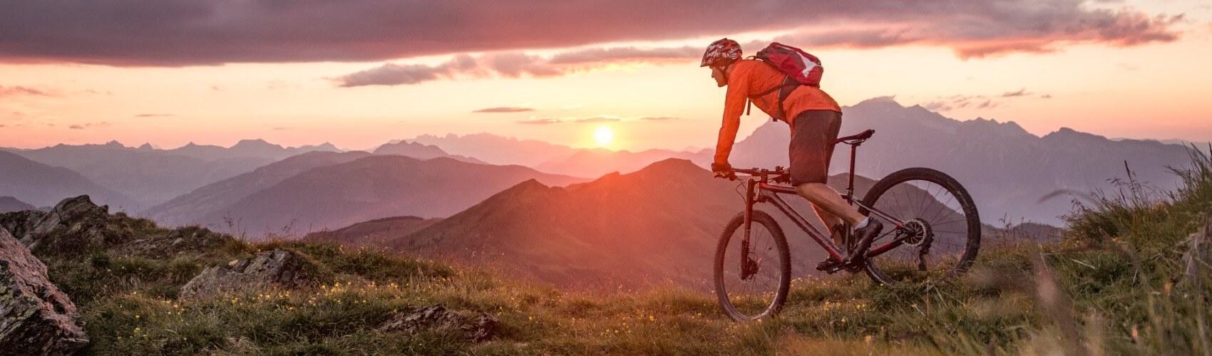 Mountainbike mit E-Bike Versicherung durch die Berge fahren