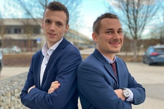Versicherungsexperten Domink und Moritz